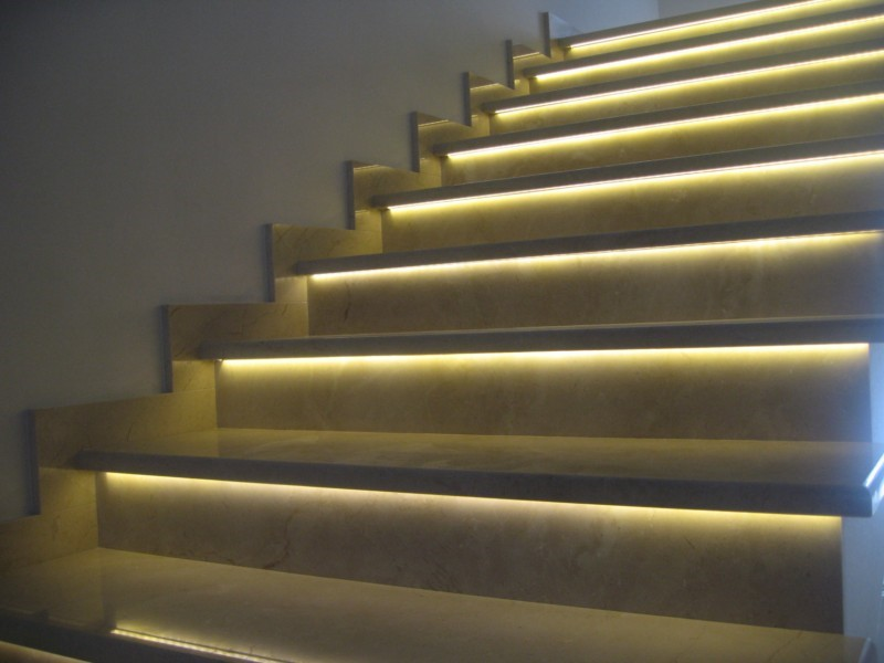 Подсветка лестницы с использованием светодиодных лент