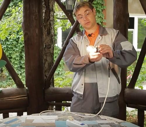 Сами отремонтировали лампочку