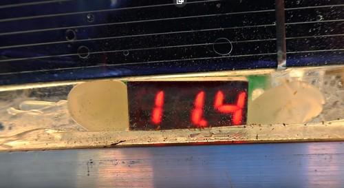 на нашем вольтметре 11,4 вольта