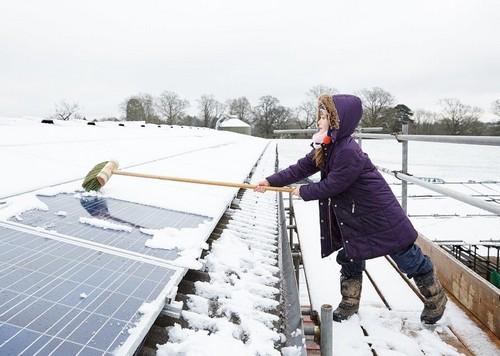 Уборка снега с солнечных панелей зимой