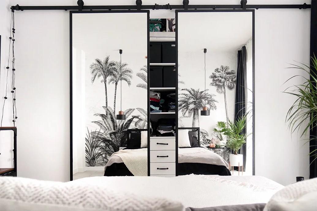 дверь в спальню с зеркалом